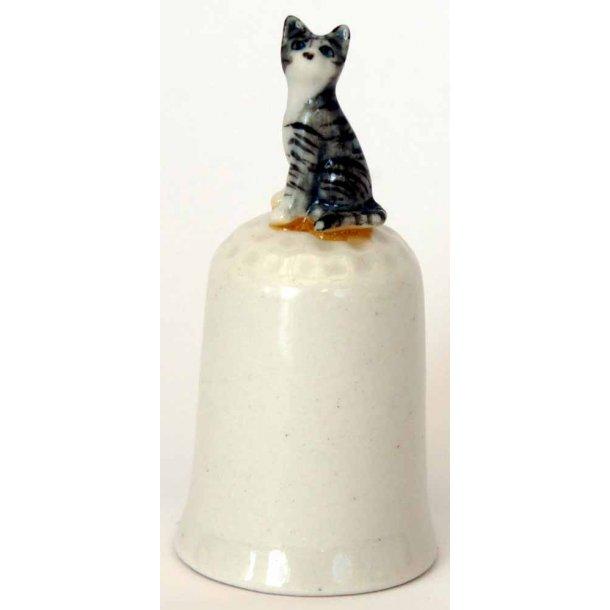 Stribet kat<br>sidder på fingerbøl